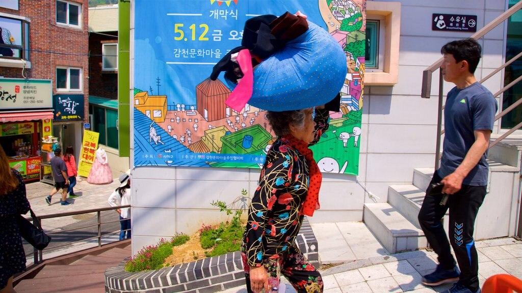 Gamcheon Culture Village mostrando arte al aire libre y también una mujer