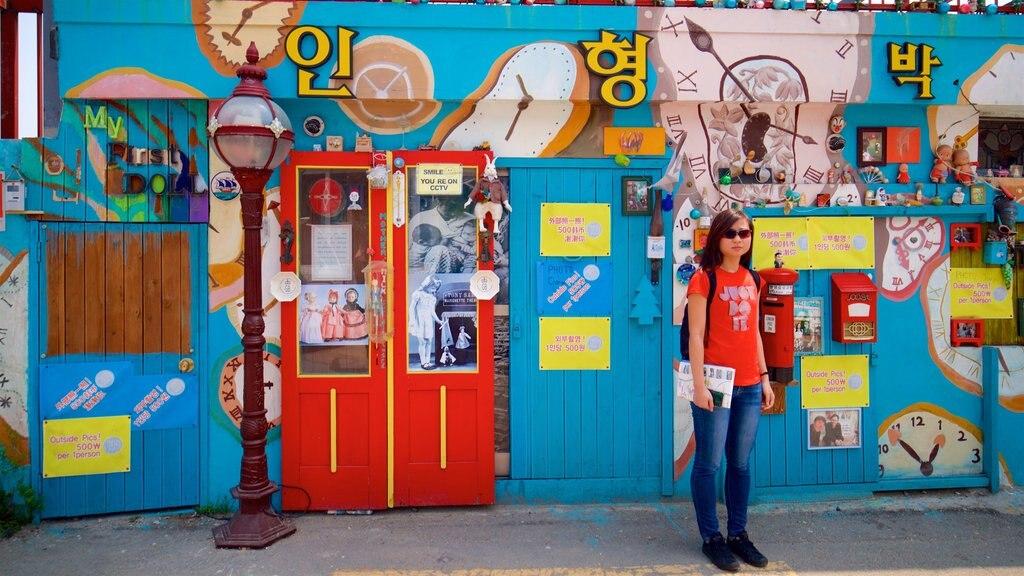 Gamcheon Culture Village y también una mujer