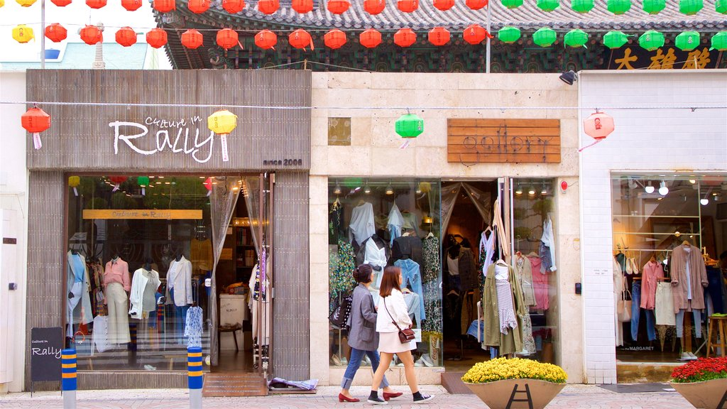 Calle Gwangbokro Culture and Fashion Street ofreciendo compras y también una pareja