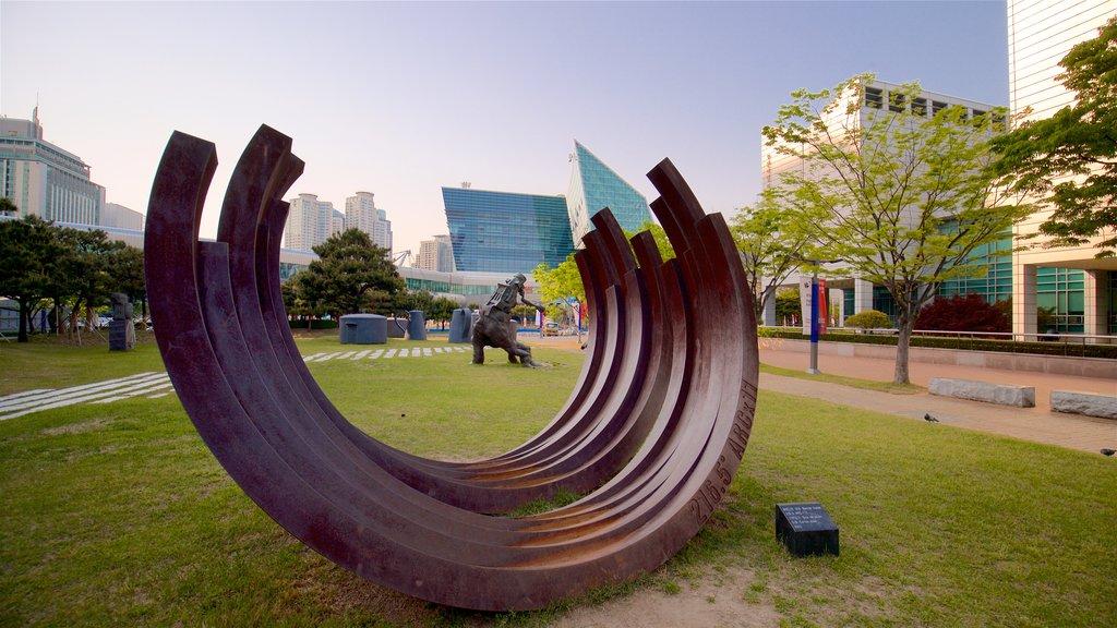 Museo de Arte Moderno de Busan ofreciendo una ciudad, arte al aire libre y un jardín