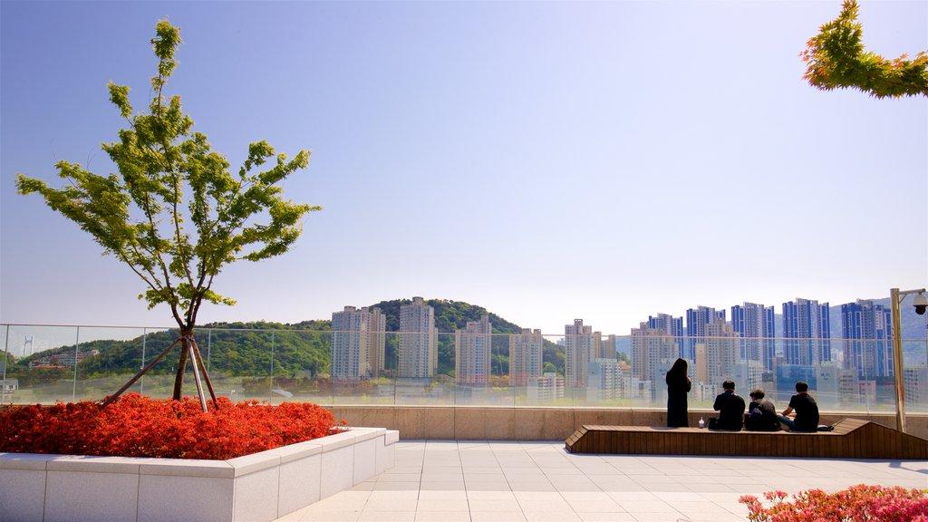 Shinsegae Centum City ofreciendo una ciudad, flores silvestres y vistas