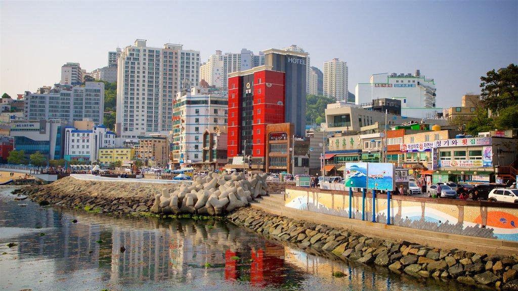 Playa de Songdo que incluye una ciudad costera, una puesta de sol y una ciudad