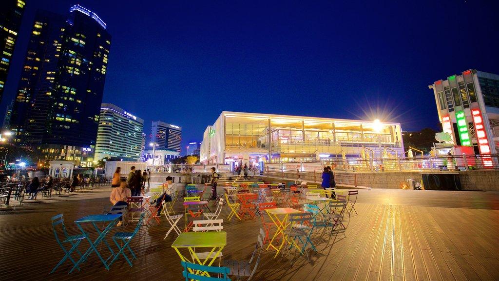 Busan mostrando uma cidade e cenas noturnas assim como um pequeno grupo de pessoas