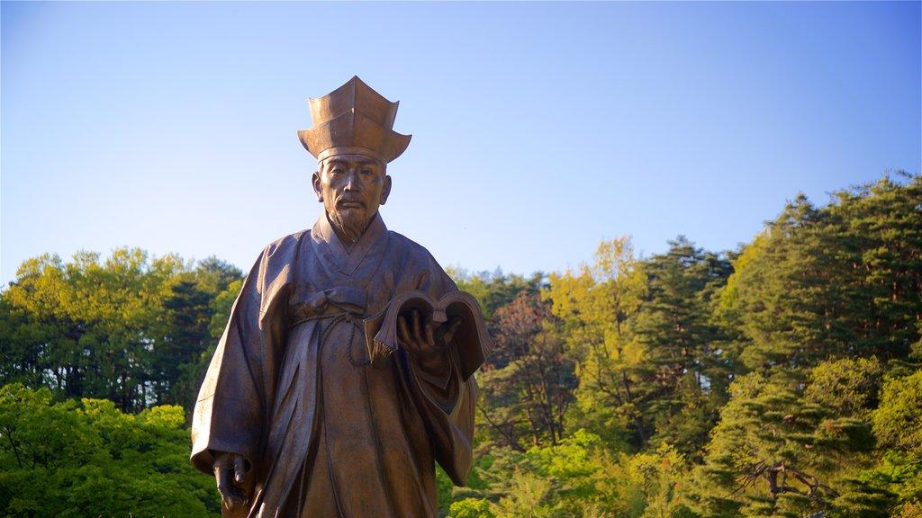 Museo municipal de Ojukheon ofreciendo una puesta de sol, una estatua o escultura y un jardín