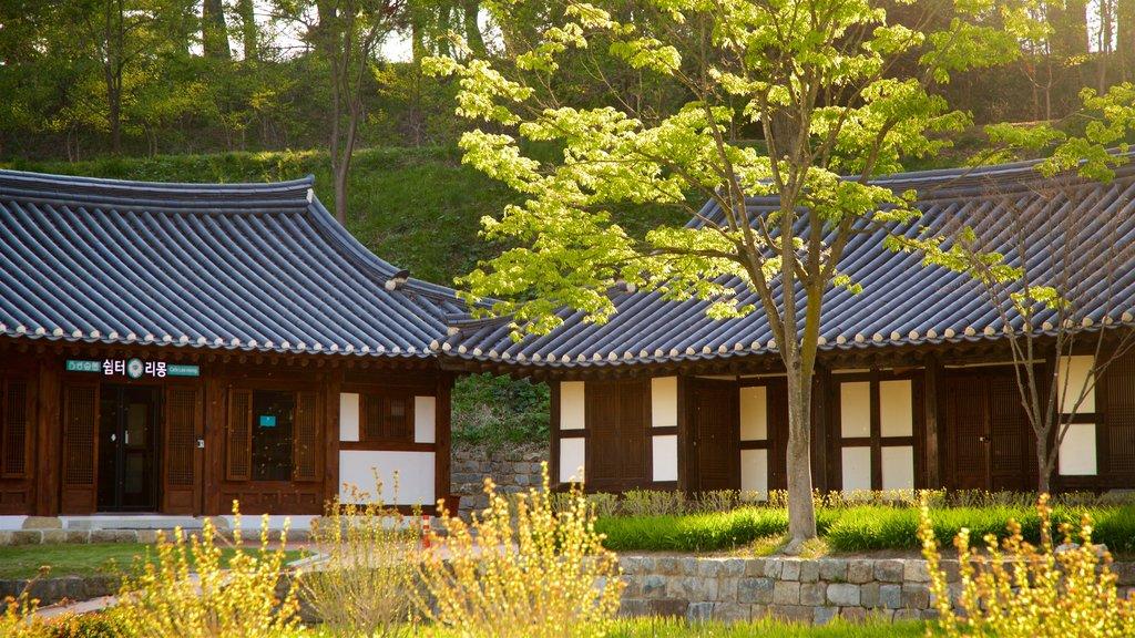 Casa de Gangneung Seongyojang que incluye un parque, elementos del patrimonio y una puesta de sol