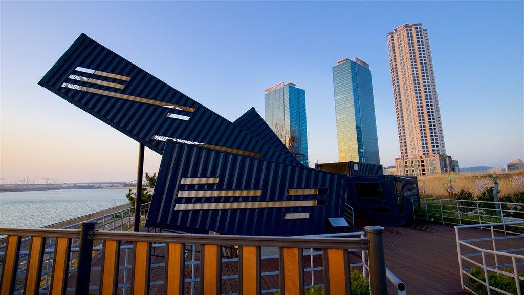 Incheon ofreciendo arte al aire libre, un rascacielos y un río o arroyo