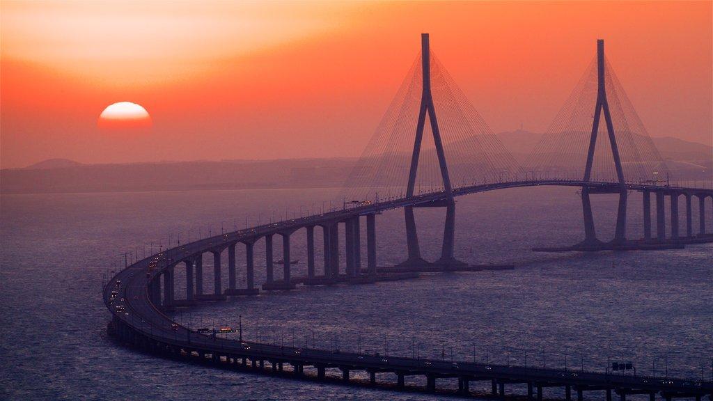 Incheon Bridge que incluye una puesta de sol, un puente y vistas de paisajes
