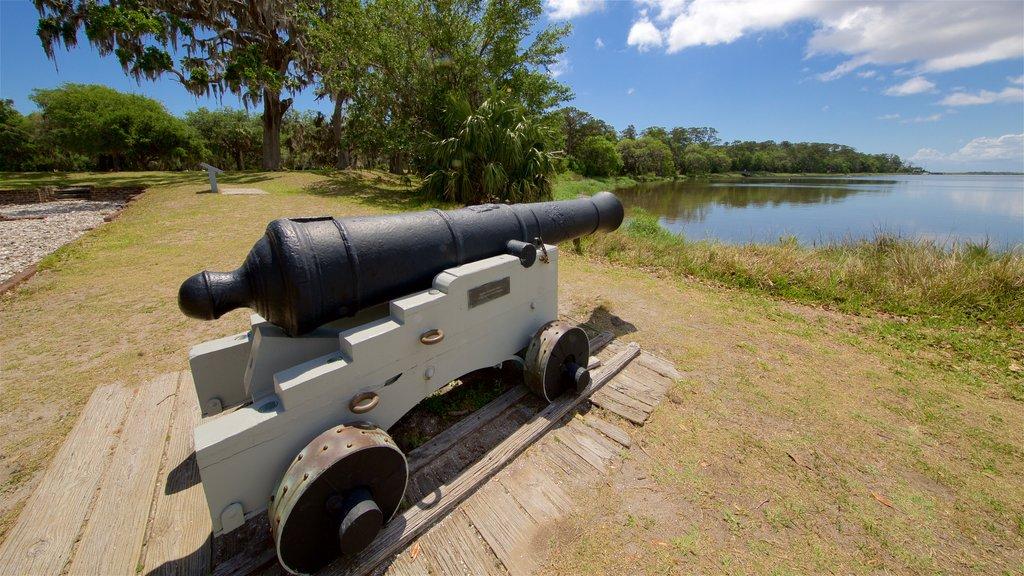Fort Frederica National Monument que incluye elementos del patrimonio y artículos militares