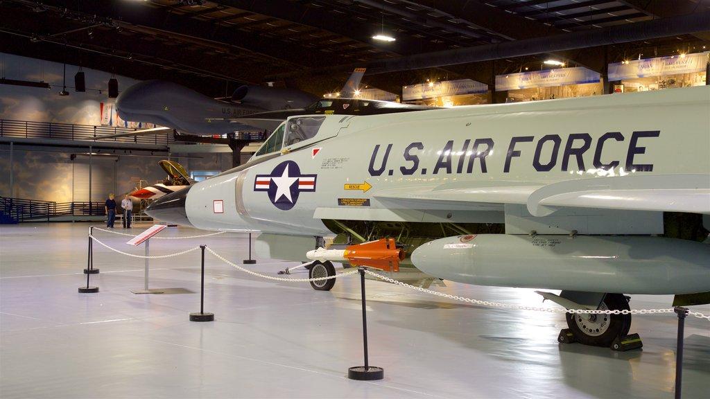 Museo de aviación Warner Robins mostrando artículos militares, vistas interiores y elementos del patrimonio