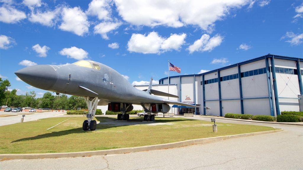 Museo de aviación Warner Robins mostrando elementos del patrimonio y artículos militares
