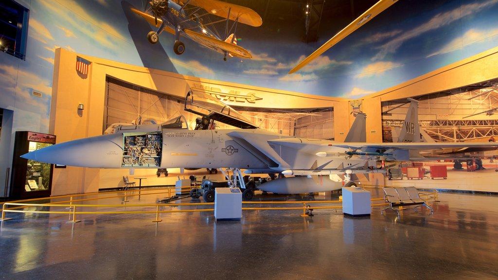 Museo de aviación Warner Robins mostrando elementos del patrimonio, artículos militares y vistas interiores