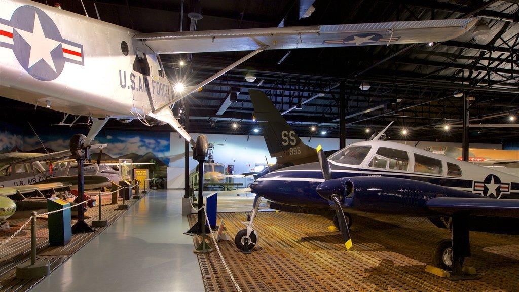 Museo de aviación Warner Robins ofreciendo elementos del patrimonio, vistas interiores y artículos militares