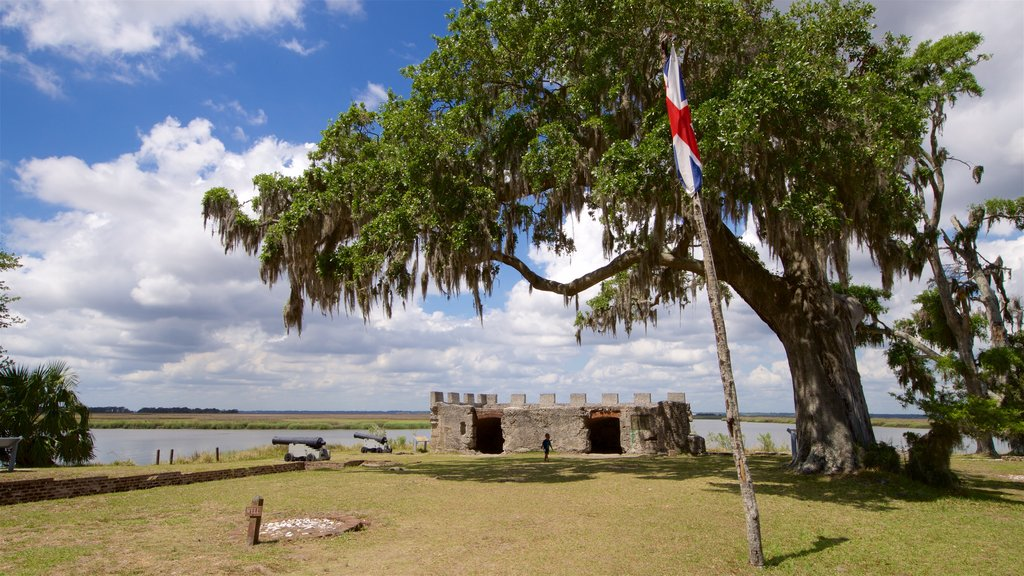 Fort Frederica National Monument showing heritage elements, military items and a park