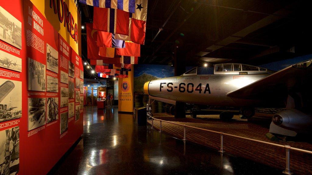Museo de aviación Warner Robins ofreciendo artículos militares, vistas interiores y elementos del patrimonio