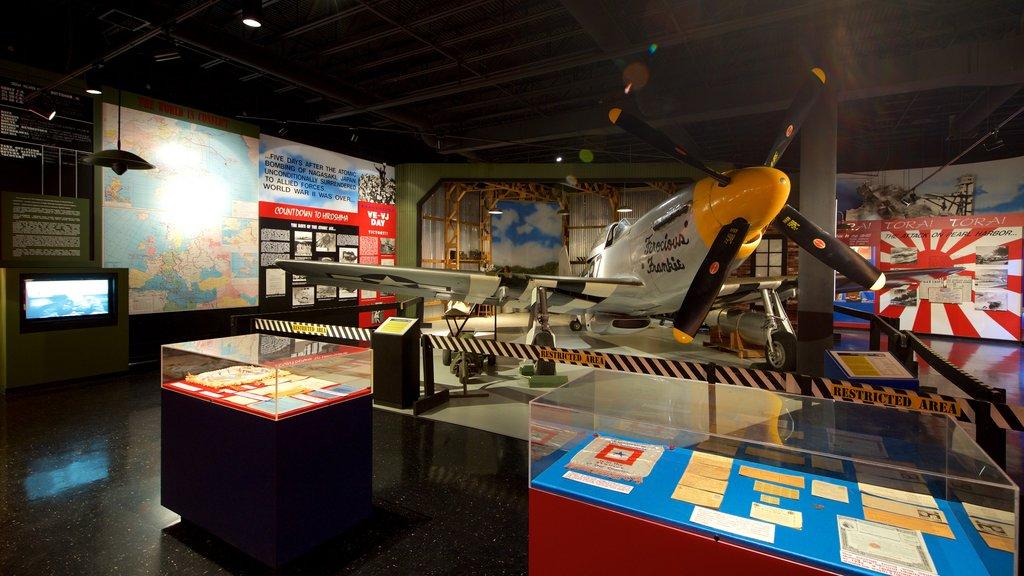 Museo de aviación Warner Robins ofreciendo artículos militares, elementos del patrimonio y vistas interiores