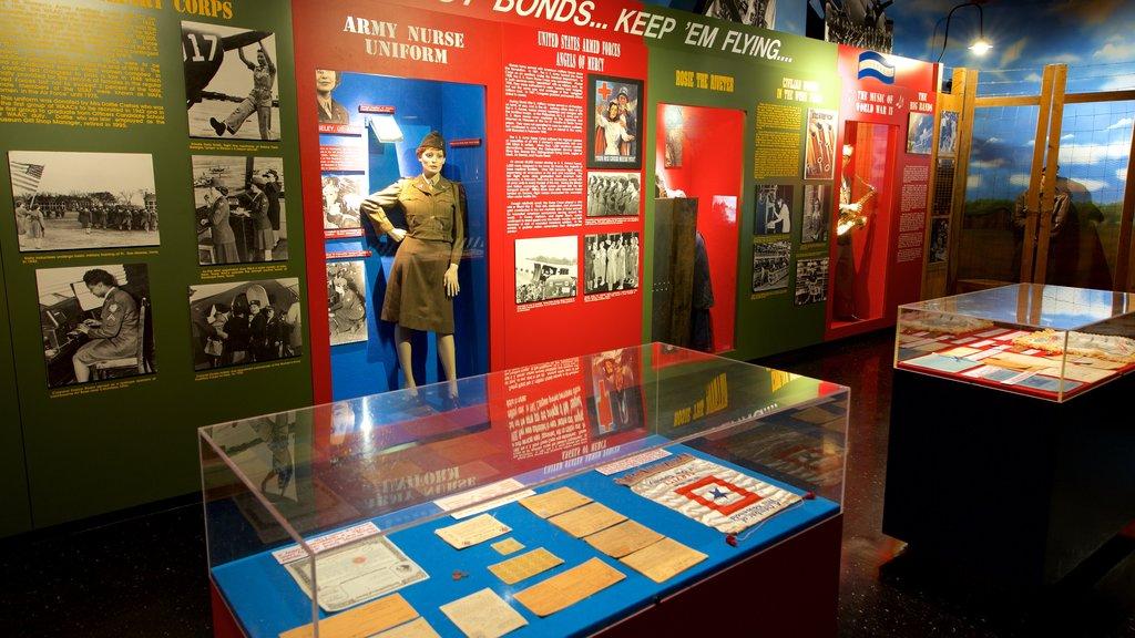 Museo de aviación Warner Robins mostrando vistas interiores