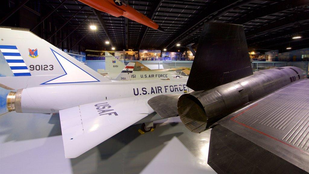 Museo de aviación Warner Robins ofreciendo elementos del patrimonio, artículos militares y vistas interiores