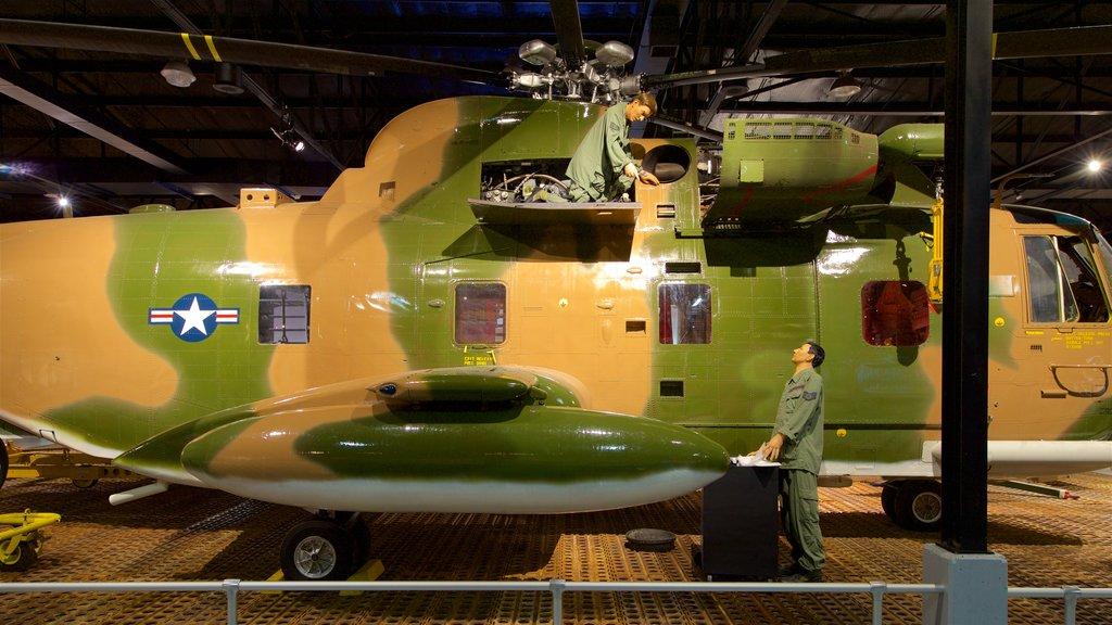 Museo de aviación Warner Robins que incluye elementos del patrimonio, vistas interiores y artículos militares