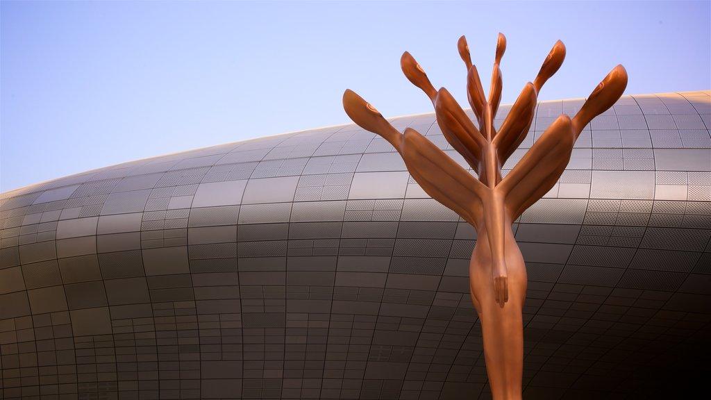 Dongdaemun Design Plaza que incluye arquitectura moderna y arte al aire libre