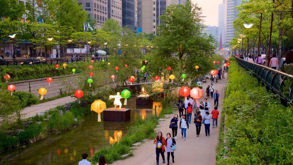 Área recreativa Cheonggyecheon mostrando una ciudad, una puesta de sol y un jardín