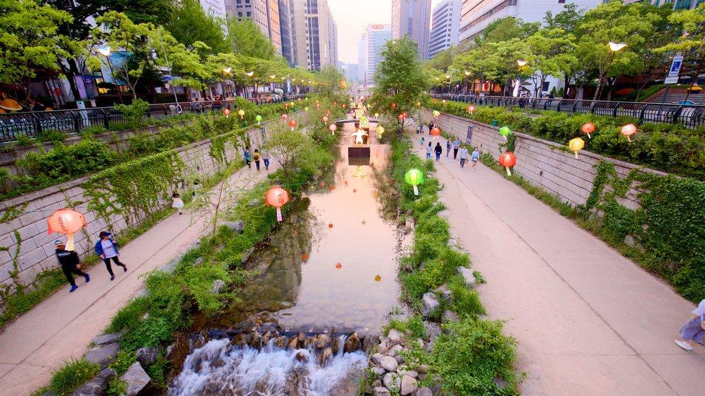 Área recreativa Cheonggyecheon mostrando un río o arroyo, una ciudad y un parque