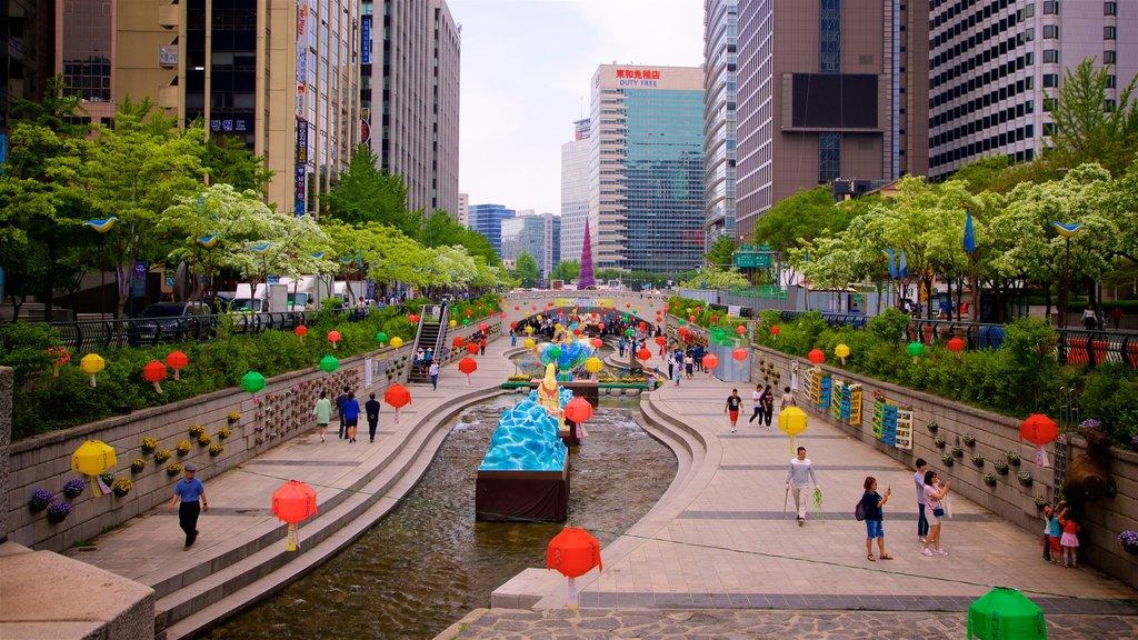 Área recreativa Cheonggyecheon ofreciendo un río o arroyo, un jardín y una ciudad