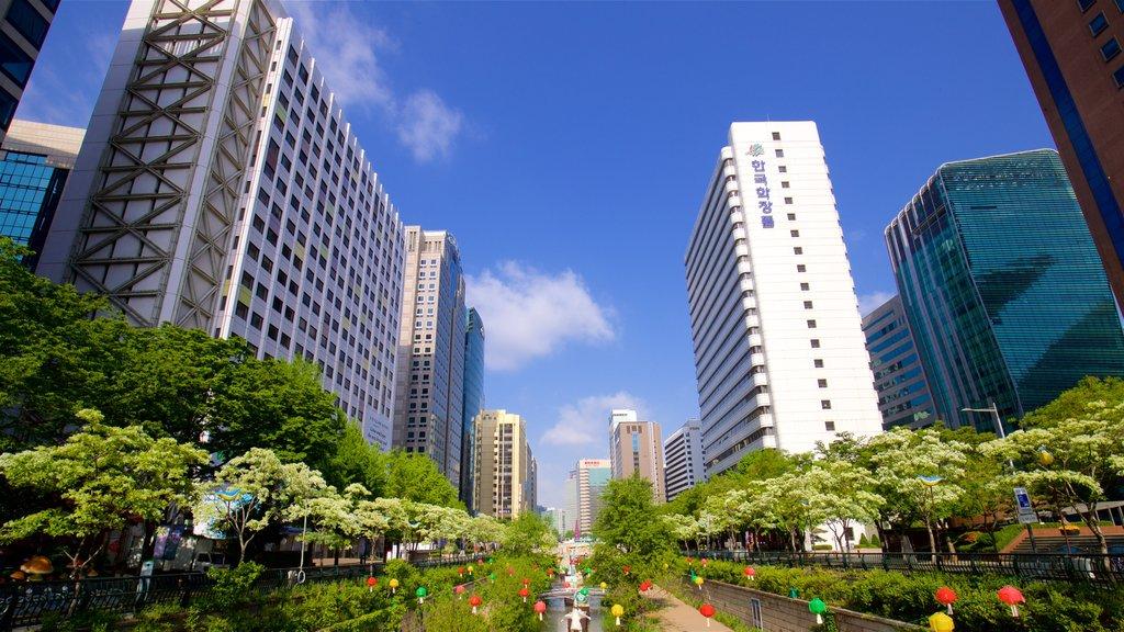 Área recreativa Cheonggyecheon que incluye un río o arroyo, un rascacielos y una ciudad