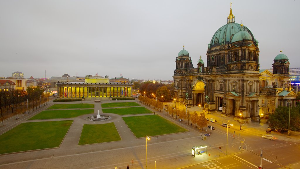 Museum Island featuring a city, a square or plaza and a fountain