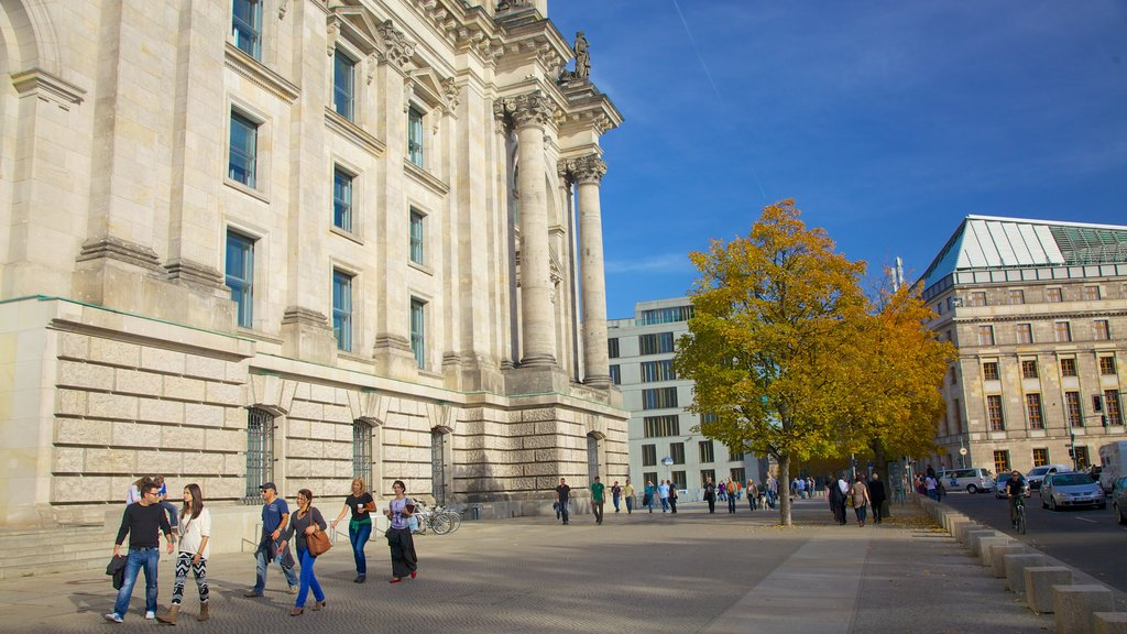 Reichstag Building showing street scenes, fall colors and heritage architecture