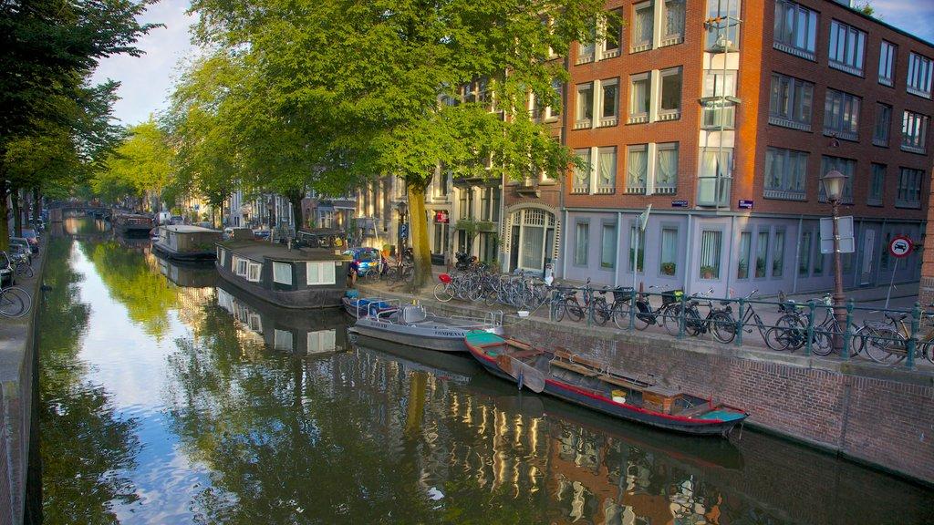 Ámsterdam mostrando un río o arroyo, paseos en lancha y escenas urbanas