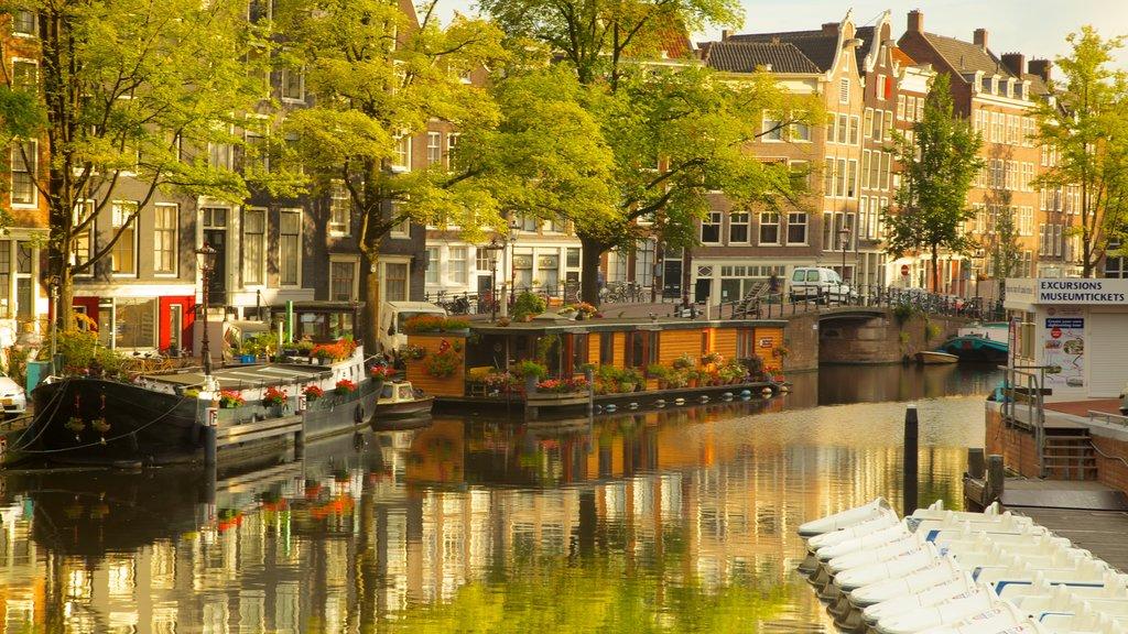 Ámsterdam mostrando una ciudad, un río o arroyo y paseos en lancha
