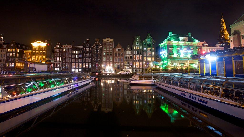 Ámsterdam que incluye escenas nocturnas, arquitectura moderna y paseos en lancha
