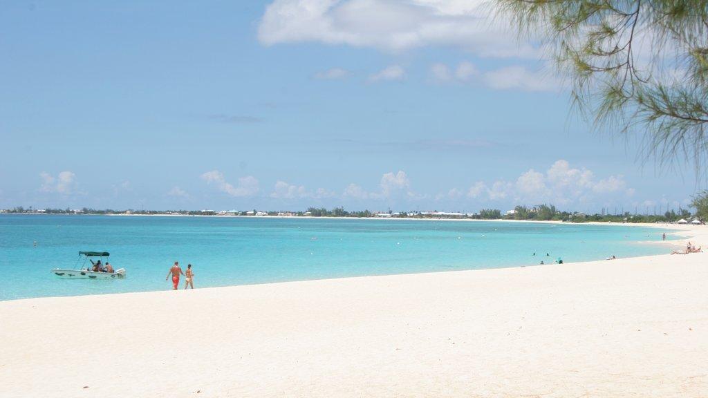 Islas Caimán ofreciendo una playa, natación y una ciudad costera