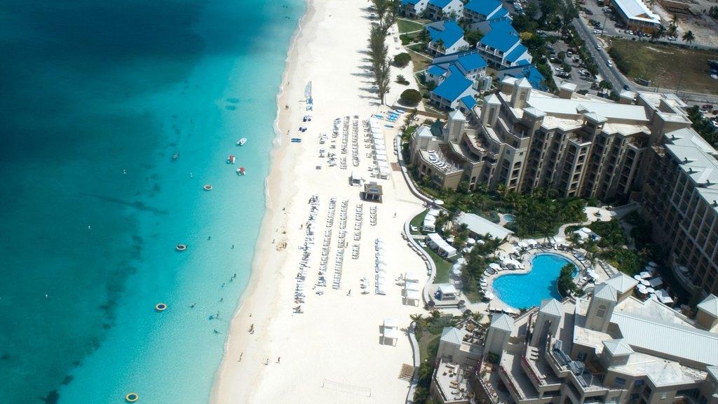 Islas Caimán mostrando escenas tropicales, un hotel y una ciudad costera