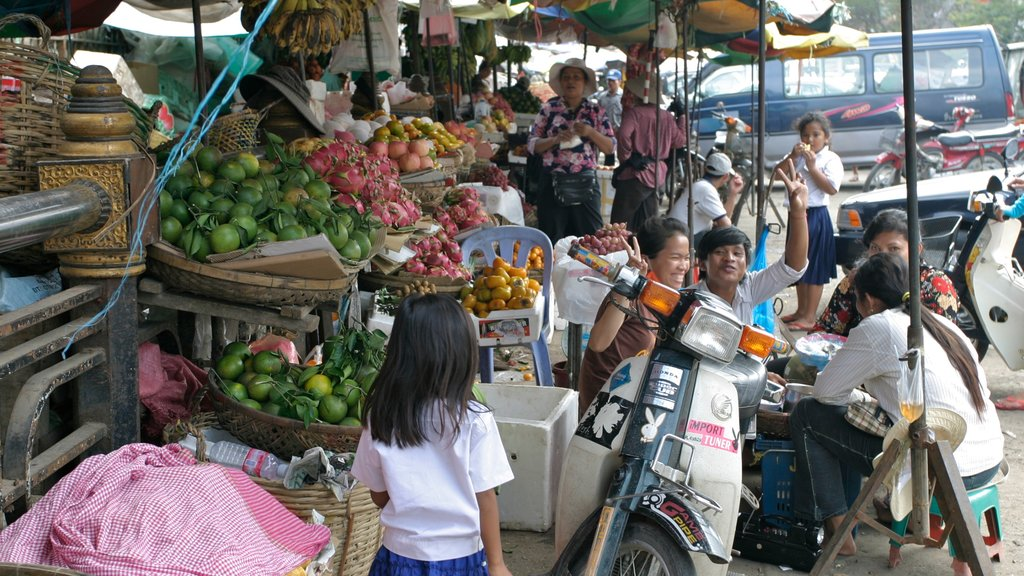 Phnom Penh featuring markets, food and street scenes