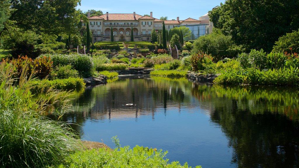 Philbrook Museum of Art mostrando un jardín, un estanque y elementos del patrimonio
