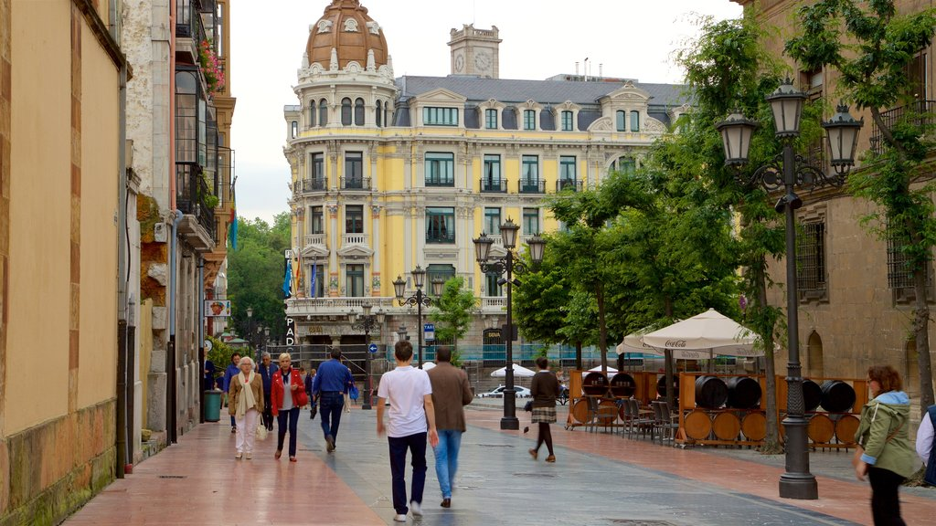 Oviedo showing heritage elements, street scenes and a city