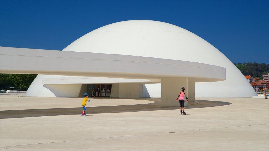Centro Cultural Oscar Niemeyer mostrando arquitetura moderna assim como uma família