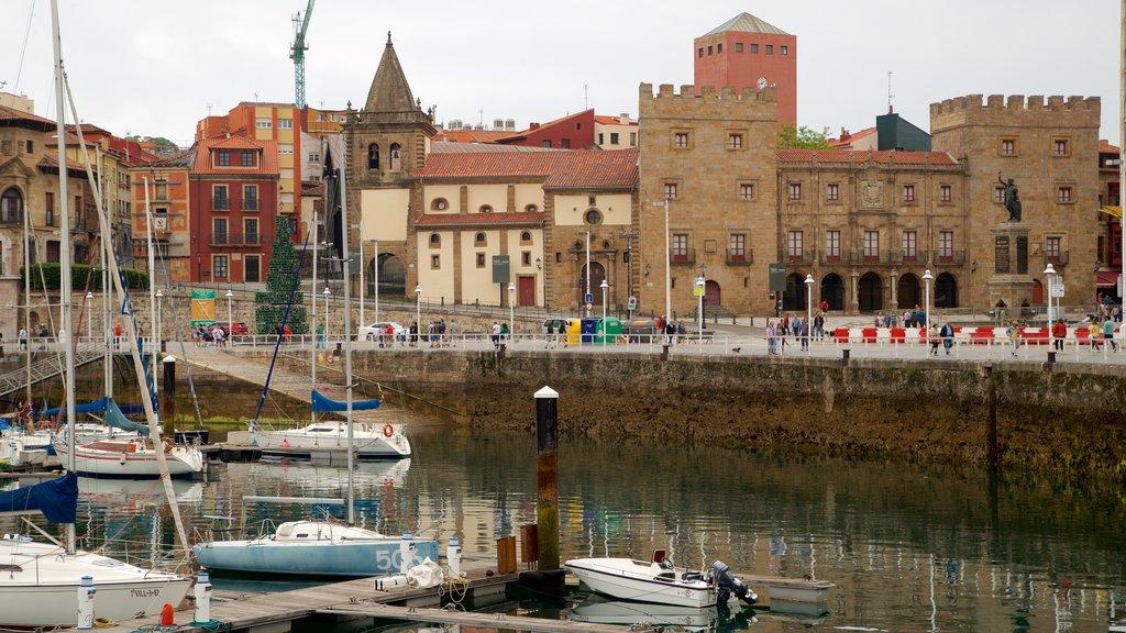 Palacio de Revillagigedo showing a city, a bay or harbor and heritage elements