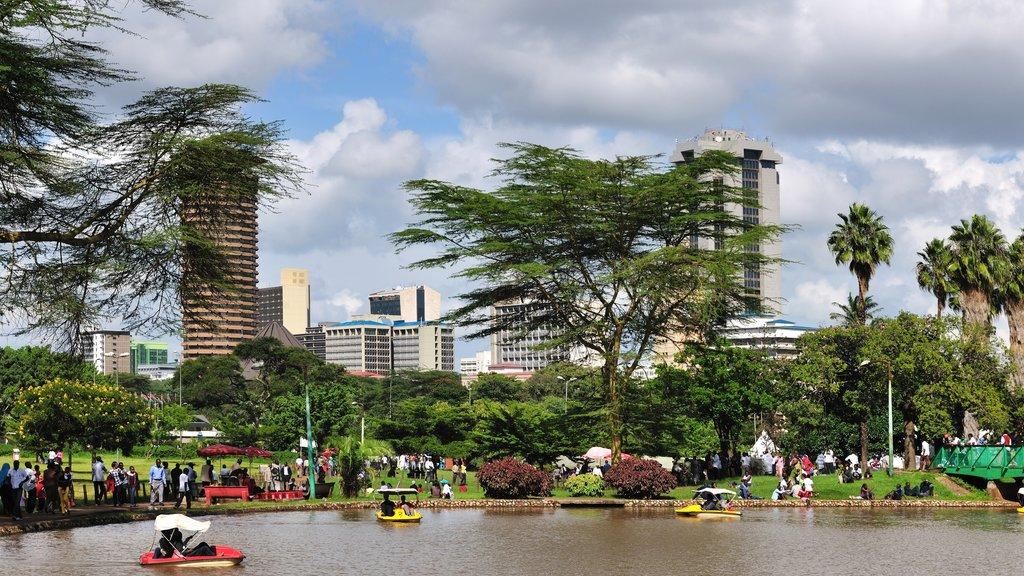 Nairobi ofreciendo un río o arroyo, vistas generales de la costa y un edificio de gran altura