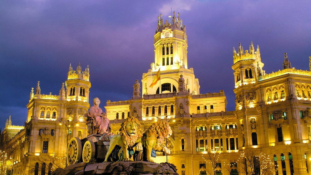 Plaza de Cibeles which includes a statue or sculpture, heritage architecture and a city