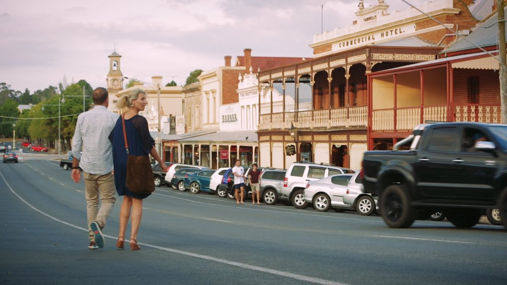 Beechworth featuring street scenes and a small town or village as well as a couple