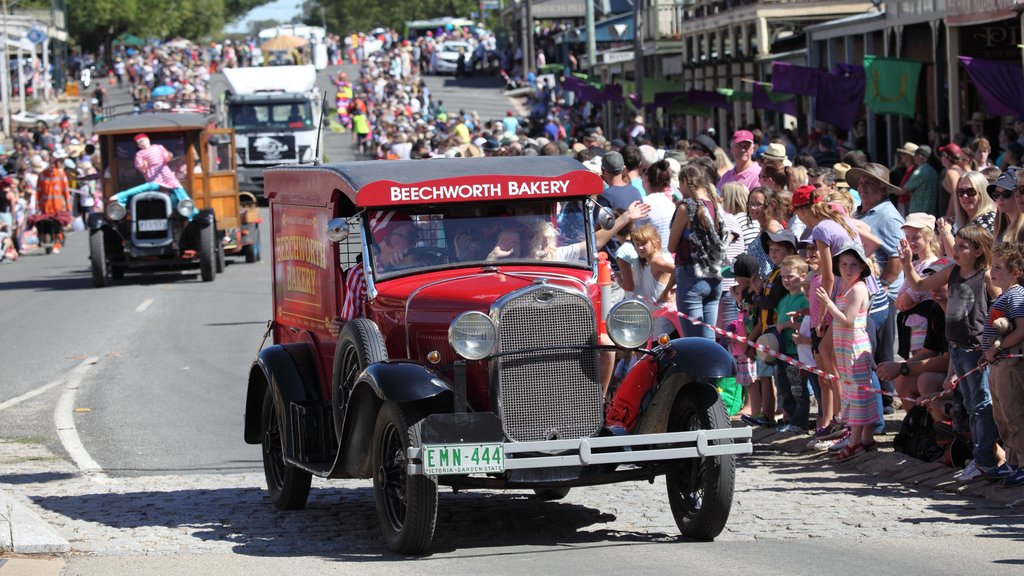 Beechworth showing heritage elements and a festival as well as a large group of people