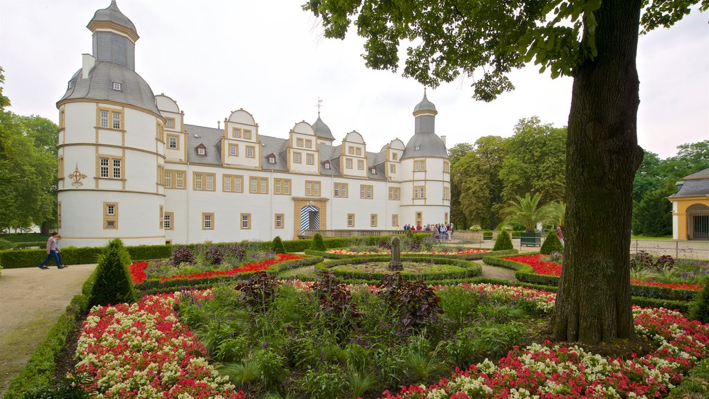Neuhaus Castle showing heritage architecture, flowers and a garden