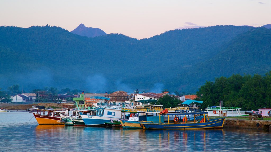 Paraty which includes a bay or harbor