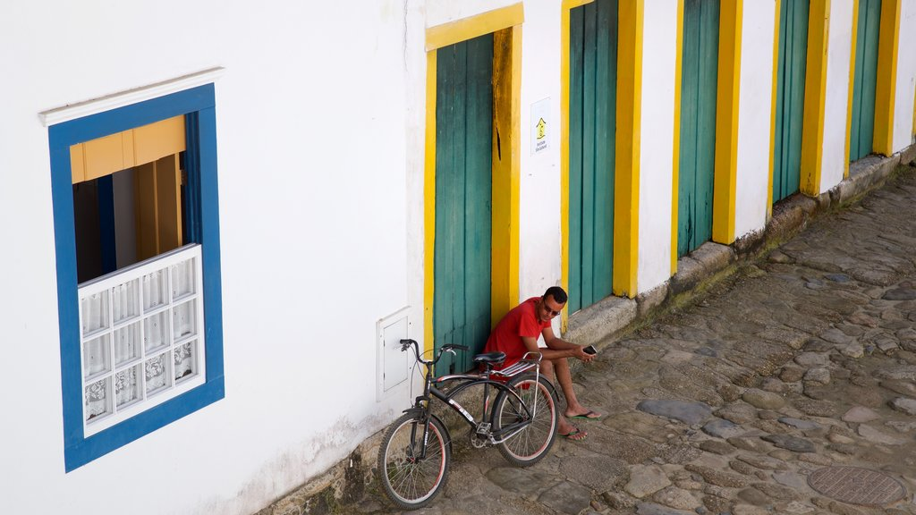 Paraty showing street scenes as well as an individual male