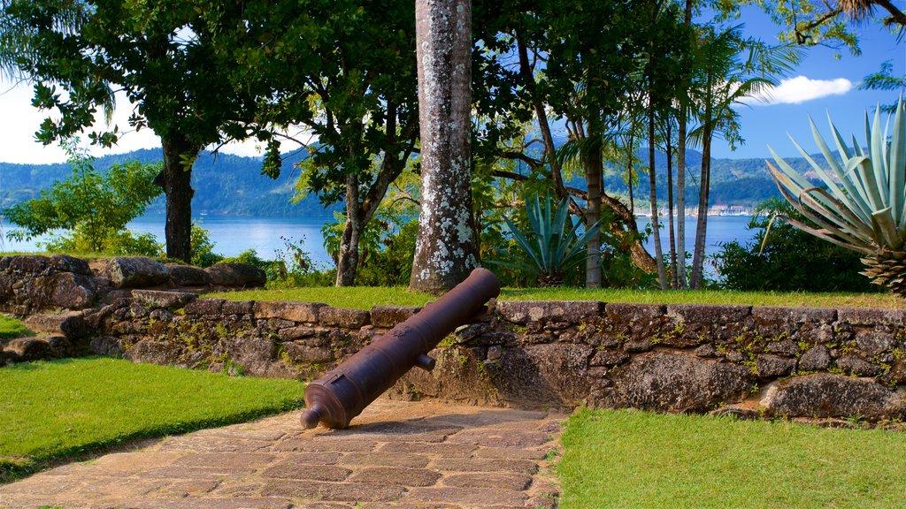 Museo Fuerte Defensor Perpetuo mostrando elementos del patrimonio, un parque y artículos militares