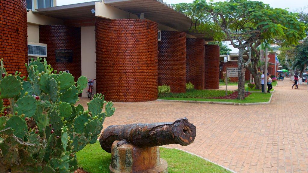 Ayuntamiento municipal de Arraial do Cabo que incluye artículos militares y elementos del patrimonio