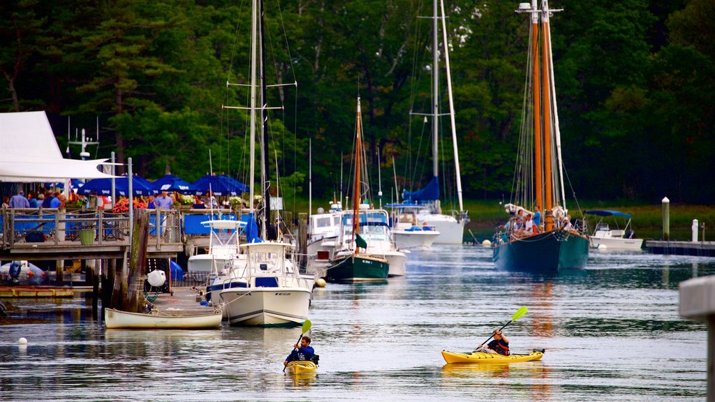 Kennebunkport que incluye kayak o canoa y una bahía o puerto y también una pareja