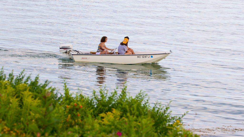 Cape Porpoise ofreciendo paseos en lancha y un lago o abrevadero y también un pequeño grupo de personas
